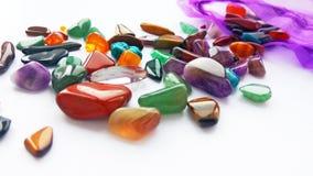 Mehrfache helle farbige halb kostbare Edelsteine und Edelsteine lizenzfreie stockfotos