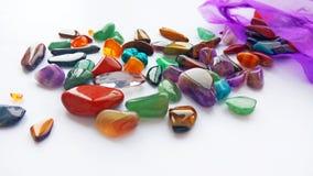 Mehrfache helle farbige halb kostbare Edelsteine und Edelsteine für Dekoration lizenzfreie stockbilder