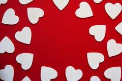 Mehrfache Herzweißformen, einen Kreisrahmen bildend, rotes BAC Lizenzfreie Stockfotografie