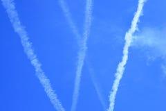 Mehrfache Jetstreams von aiplane auf blauem Himmel Stockfoto