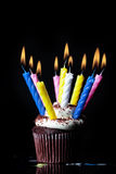 Mehrfache Kerzen auf kleinem Kuchen Stockfotografie