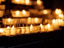 Mehrfache Kerzen in den Glashaltern Stockbild