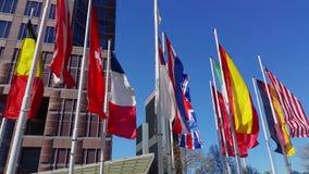 Mehrfache Landflaggen in der Windzeitlupe in Frankfurt