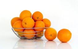 Mehrfache Orangen gegen einen weißen Hintergrund Lizenzfreies Stockfoto