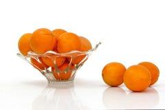 Mehrfache Orangen gegen einen weißen Hintergrund Stockfoto