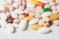 Mehrfache Pillen, die ärztliche Behandlung oder pahrmaceutical ind darstellen Stockfotografie