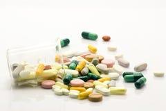 Mehrfache Pillen und Prüfungspotentiometer über Weiß lizenzfreies stockbild