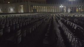 Mehrfache Stühle in St Peter Quadrat, freie Sitze für neue Kirchenmitglieder stock video