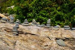 Mehrfache Stapel Felsen auf einem Klotz Stockfotografie