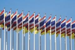 Mehrfache Thailand-Flaggen mit nettem blauem Himmel Stockfoto
