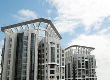 Mehrfache Wohnungsfenster über dem Himmel in Singapur Stockbilder
