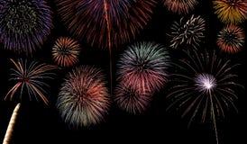 Mehrfacher FeuerwerkDarstellungshintergrund Stockfotos