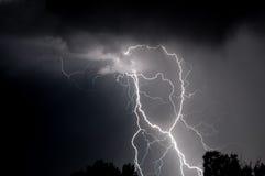 Mehrfacher Schwarzweiss-Blitzschlag Stockfotos