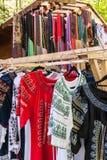 Mehrfaches Profil von rumänischen traditionellen Kostümen auf Aufhänger sho Lizenzfreie Stockfotografie