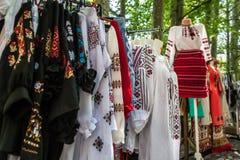 Mehrfaches Profil von rumänischen traditionellen Kostümen auf Mannequins Lizenzfreie Stockfotos