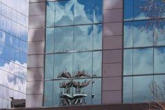 Mehrfachreflexionshimmel bewölkt die Türme, die in den Glasplatten Regina Canada errichten Lizenzfreie Stockbilder