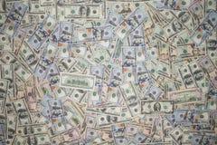 Mehrfachverbindungsstelle zerstreuter Amerikaner 100 Dollarbanknoten Stockfotos