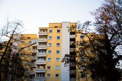 Mehrfamilienhaus in München, blauer Himmel, gelbe Fassade Stockbild