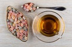 Mehrfarben-rakhat-lukum in der Platte, rakhat-lukum im Löffel, Tasse Tee auf Untertasse auf Tabelle Beschneidungspfad eingeschlos lizenzfreie stockbilder