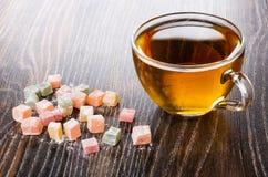 Mehrfarben-rakhat-lukum, Tasse Tee auf Holztisch lizenzfreie stockbilder