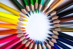 Mehrfarbenbleistifte, die einen Farbkreis lokalisiert auf weißem Hintergrund bilden Stockfoto