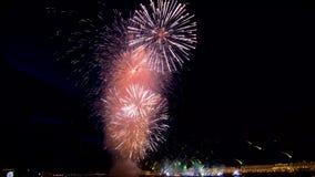 Mehrfarbenfeuerwerke, die herauf den Himmel beleuchten Blendungsfeuerwerke strahlen die Nachtskyline aus Feiertage und Feierkonze stock footage