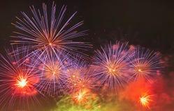 Mehrfarbenfeuerwerksnachtszene Lizenzfreie Stockbilder