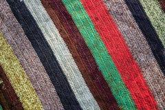 Mehrfarbengewebe mit vibrierendem Streifenmuster Stockfotos
