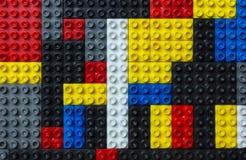 Mehrfarbenplastik blockiert Wand Lizenzfreie Stockfotografie