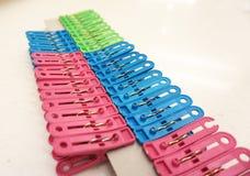 Mehrfarbenplastikwäscheklammern Stockfotografie