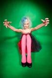 Mehrfarbenschuß des lustigen Mädchens über Grün Lizenzfreie Stockfotografie