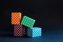 Mehrfarbentupfen blockiert Musterzusammensetzung Violette grüne orange blaue Farbrechteckiger Kastenbau auf Dunkelheit Lizenzfreie Stockfotos