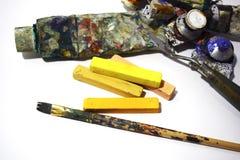 Mehrfarbige Ölfarben und alte Bürsten auf einem weißen Hintergrund Lizenzfreies Stockbild