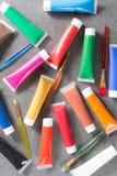 Mehrfarbige Acrylfarbenrohre stellten mit fünf bunten Bürsten ein Lizenzfreies Stockbild