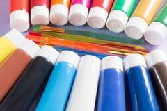 Mehrfarbige Acrylfarbenrohre stellten mit fünf bunten Bürsten ein Stockfotos