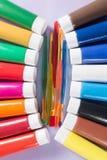 Mehrfarbige Acrylfarbenrohre stellten mit fünf bunten Bürsten ein Stockbilder