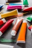 Mehrfarbige Acrylfarbenrohre stellten mit fünf bunten Bürsten ein Lizenzfreies Stockfoto