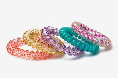 Mehrfarbige Armbänder, Gummibänder für Haarisolat Stockbild
