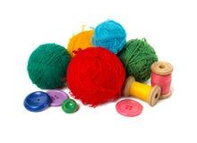 Mehrfarbige Bälle, Thread und Knöpfe Stockfotos