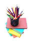 Mehrfarbige Bücher, Korb mit Bleistiften. Stockbild