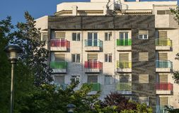 Mehrfarbige Balkone lizenzfreie stockbilder