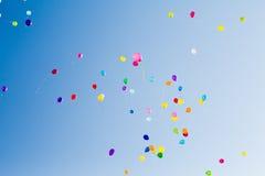 Mehrfarbige Ballone im blauen Himmel an einem sonnigen Tag Stockfotos