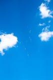 Mehrfarbige Ballone im Himmel Lizenzfreie Stockbilder
