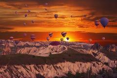 Mehrfarbige Ballone im Himmel von Cappadocia Stockbild