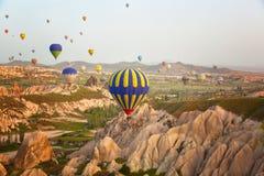 Mehrfarbige Ballone im Himmel von Cappadocia Stockbilder