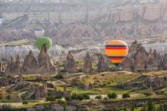 Mehrfarbige Ballone im Himmel von Cappadocia Lizenzfreies Stockfoto
