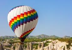 Mehrfarbige Ballone im Himmel von Cappadocia bei Sonnenaufgang Stockfoto