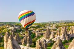 Mehrfarbige Ballone im Himmel von Cappadocia bei Sonnenaufgang Lizenzfreies Stockfoto