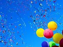 Mehrfarbige Ballone und Confetti Lizenzfreie Stockfotos