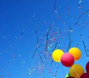 Mehrfarbige Ballone und Konfettis Lizenzfreies Stockbild